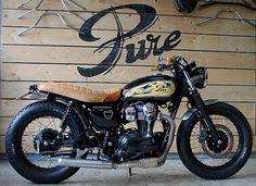 . Vous prenez une Kawasaki W800 Special Edition toute neuve. Vous la confiez aux gars de Pure Motorcycles. Ils y appliquent leur talent de préparateur de Café Racers sur base de motos japonaises des années 70. Pure_Rusty Soul_05 \Cliquez sur la photo pour l'article +les photos