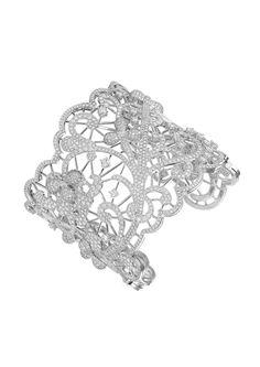 La beauté étincelante de ce bracelet manchette en or blanc 18 carats, ciselé comme la plus délicate des dentelles et entièrement serti de diamants, témoigne avec un goût exquis de l'expertise exceptionnelle de Chopard. Cette création de...