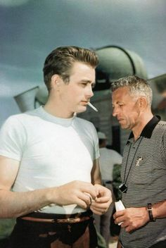 James Dean the Giant in front of the Griffith Observatory Old Hollywood Actors, Vintage Hollywood, James Dean Photos, Jimmy Dean, Old Soul, Elizabeth Taylor, Rebel, Gentleman, First Love