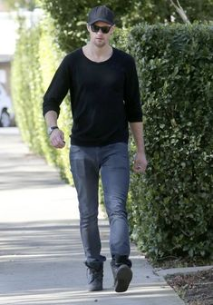 Alexander Skarsgard Photos - 'True Blood' actor Alexander Skarsgard speaks animatedly with his associates as he does some house hunting in Hollywood, California on February 22nd, 2013. The sexy Swede bought a $1.85M hillside hideaway just last year but with his career humming along, he seems to be ready to take on more LA real estate. - Alexander Skarsgard Out House Hunting in Hollywood