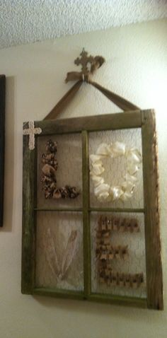 Ok so I finally figured out what to do with this old window frame! Had it for quite some time just didn't know what to do so just opened the craft cabinet grabbed done random stuff and this is what I ended up with! Old Window Crafts, Old Window Decor, Old Window Projects, Old Window Ideas, Decor With Old Windows, Decorating Old Windows, Old Window Panes, Window Frame Decor, Window Art