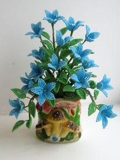 Голубые цветочки на пенечке