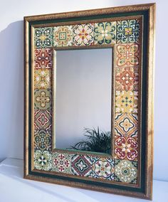 Best Picture For round mirrors For Your Taste You are looking for something, and it is going to tell you exactly what you are looking for, and you didn't find that picture. Mirror Mosaic, Mosaic Art, Diy Garden Decor, Diy Home Decor, Furniture Makeover, Diy Furniture, Mirror Painting, Creation Deco, Mosaic Projects