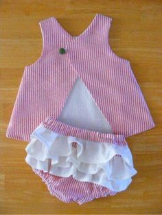 Can& wait to put Pippa in a pinafore and cute little ruffle butt ; bigger ruffles are easier and less time consuming, and the top looks easy to get on and offFour Beautiful daughterVestido bebe con braguita y caImagem relaciona BH no vcda Baby Outfits, Little Girl Dresses, Toddler Outfits, Kids Outfits, Baby Dress Patterns, Baby Clothes Patterns, Clothing Patterns, Sewing Clothes, Doll Clothes