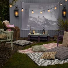 Make the most of summer evenings by hosting an open-air movie night in your own backyard. Here's how to create the perfect outdoor cinema. night How to create an outdoor cinema in your back garden Backyard Movie Theaters, Backyard Movie Nights, Outdoor Movie Nights, Outdoor Movie Party, Outdoor Movie Birthday, Outdoor Cinema, Outdoor Theater, Outdoor Movie Screen, Movie Projector Outdoor