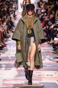 61 Looks From Christian Dior Fall 2018 PFW Show – Christian Dior Runway at Paris Fashion Week Dior Fashion, Runway Fashion, Fashion Show, Fashion Design, Fashion Trends, Paris Fashion, Club Fashion, 1950s Fashion, Fashion Week 2018