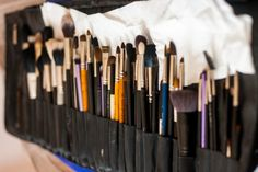 Nettoyer ses pinceaux de maquillage est une étape inévitable pour entretenir ses outils de make up. Savez-vous comment les laver sans les abîmer ?