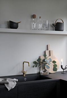 Most Simple Tricks Can Change Your Life: Floating Shelves Kitchen Sink floating shelves layout sinks.Floating Shelves With Pictures Fireplace Design farmhouse floating shelf.Floating Shelves Decoration How To Build. Black Floating Shelves, Floating Shelves Bedroom, Floating Shelves Kitchen, Kitchen Shelves, Küchen Design, Deco Design, Kitchen Interior, Kitchen Decor, Interior Modern
