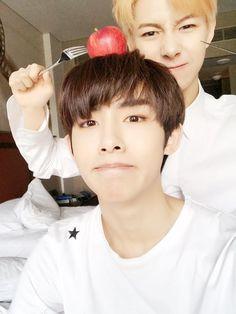 Renjun with his Winwin gege~
