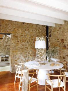 Contemporary in respect of the past Located in the village of Pals, Spain, this house has retained its rustic roots, but if its construction is dated 1900, it now sports a contemporary look, after a rehabilitation conducted by the architect Glòria Duran Torrellas.