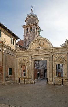 5.2.3 VENICE, SCUOLA GRANDE DI SAN GIOVANNI EVANGELISTA, ENTRANCE, 1478-81 the atrium of Scuola Grande di San Giovanni Evangelista, attributed to Pietro Lombardo and his apprentices or to the same Codussi. In this case, the Florentine structure of orders is fully employed, modifying part of the Venetian urban space in front of the Scuola Grande with very refined sculpted details looking to the antique.
