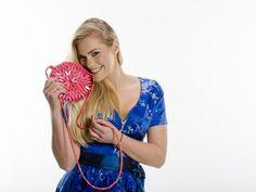 Pinkglänzende Umhänge-Holzhandtasche -- 48 Euro bei #beautyXpert