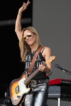 On stageL Sheryl was propelled into the limelight during her time working with Jackson. Female Guitarist, Female Singers, Girl Country Singers, Jewel Singer, Pat Benatar, Sheryl Crow, Women Of Rock, Guitar Girl, Toni Braxton