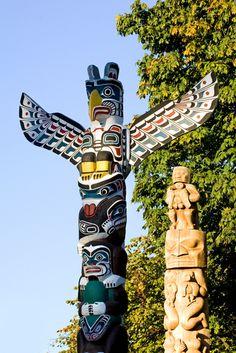Native American totem poles in Vancouver (Stanley Park), British Columbia. Totem Pole Art, Le Totem, Tiki Totem, Native American Totem Poles, Native American Tribes, Native Americans, Totems, Vancouver, Alaska