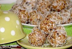 Bomboane tip Raffaello cu nuca de cocos, curmale si prune uscate RECIPE