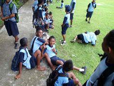 Tieners op het sportveld van de middelbare school SMP