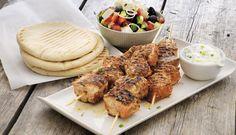 Laks på grillspyd med gresk salat, tzatziki og pitabrød