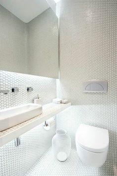 jolie salle de bain en mosaique blanche dans la salle de bain moderne