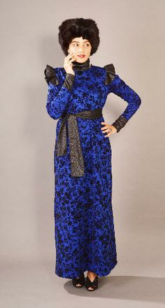 LUCINDA Bic Luxuriously gorgeous dress features full sleeves, long neck and finished with a beautiful separate belt which completes the look. Hight fashion Scuba fabric with trendy pattern in black and royal blue color. Size: S-M-L €85.00