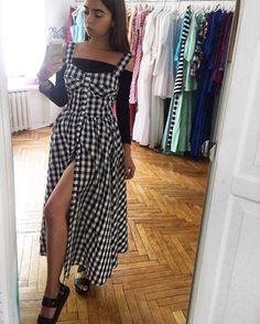 """Какая у вас любимая повседневная одежда? ☺️ У меня - платье-сарафан на пуговках-кнопках по всей длине! Это абсолютный хит наступающего сезона, девочки! Ведь они практичны и универсальны, их можно носить в офис, на летнюю прогулку и даже на пляж… 🔹платье """"Кэнди миди"""" 🔹хлопок 🔹11500 🔹в наличии в шоуруме на чистых прудах!!"""