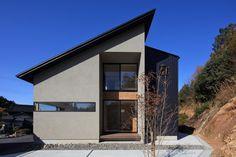 母屋の隣に建つ、若夫婦の為の住宅です。母屋との心地よい距離感をどうつくるかが、設計のポイントになっています。