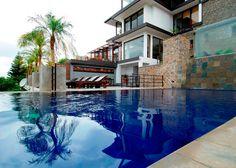 """Sri Lanka con estilo: Villas de lujo. En las mansiones de este tour disfrutarás del lujo moderno al tiempo que te sumergirás en la historia y plena naturaleza. Bajo el concepto de """"boutique hotel"""" recibirás una atención exclusiva en lugares únicos por su belleza y servicios. Las villas que te ofrecemos poseen un encanto colonial que rememora la vida de antaño y proponen los estilos típicos de la isla, abrazando el entorno paradisíaco en su arquitectura."""