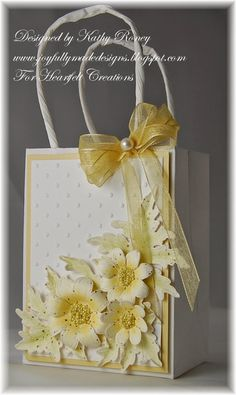 Joyfully Made Designs: Yellow Daisies Gift Set - Heartfelt Creations Craft Bags, Craft Gifts, Diy Gifts, Creative Gift Wrapping, Creative Gifts, Homemade Gift Bags, Decorated Gift Bags, Heartfelt Creations Cards, Gift Wraping
