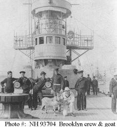 """AArtilleria del crucero norteamericano """"Brooklyn"""" que al contrario de los españoles, funcionaba bastante bien y alcanzaba distancias imposibles para nuestros buques."""
