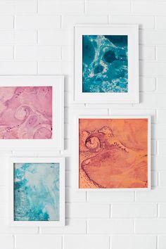 Convierte una pared vacía en una galería de arte con piezas marmoleadas enmarcadas. | 33 Regalos DIY para la persona con más estilo que conoces