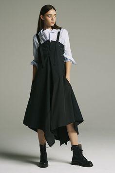 Y's Yohji Yamamoto Resort 2018 Yohji Yamamoto, Runway Fashion, Fashion Outfits, Womens Fashion, Fashion Trends, Fashion Fashion, Moderne Outfits, Japanese Fashion Designers, Iranian Women Fashion