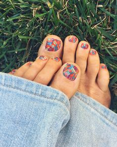 More tropical print toes. That I kinda love. Pedicure Nail Art, Toe Nail Art, Nail Art Diy, Diy Nails, Nail Design Stiletto, Nail Design Glitter, Toe Nail Designs, Pretty Toes, Pretty Nails