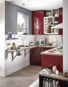 Un plan de cuisine en U dans un petit espace permet de créer un coin repas dans le prolongement du plan de travail.