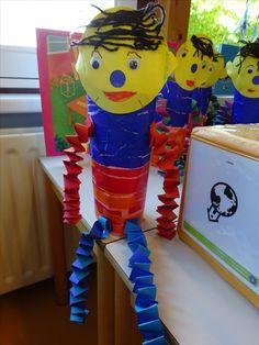 Anker Start Pompom . Blauwe trui en oranje/ rode broek van gescheurd sitzpapier. Armen en benen van muizentrapjes.
