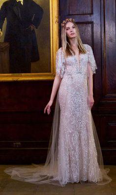 Vestido de noiva Berta Bridal desfilados na NY Bridal Week com decote profundo, manga curta diferente. Saia de tule e tecido todo rendado com brilhos.