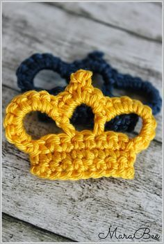 Crochet crown, would be super cute in gold yarn! Crochet Crown, Crochet Diy, Love Crochet, Learn To Crochet, Crochet Motif, Crochet Crafts, Crochet Flowers, Crochet Stitches, Crochet Projects