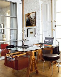 Designing a masculine home office entails features of wood, simple desk designs and accents that complement and define the space. Masculine Home Offices, Masculine Home Decor, Home Office Design, Home Office Decor, House Design, Office Designs, Interior Office, Sweet Home, Simple Desk