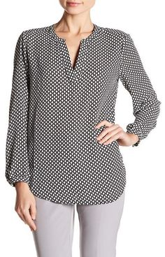 Best 12 Adrianna Papell Printed Split V-Neck Long Sleeve Blouse – SkillOfKing. Casual Tops For Women, Blouses For Women, Smart Attire, Blouse Dress, Plus Size Blouses, Blouse Designs, Fashion Outfits, 50s Outfits, Long Sleeve Shirts