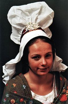 A headdress from a Normande folk costume. Traditional Fashion, Traditional Dresses, Omaha Beach, Region Normandie, European Costumes, French Costume, Silly Hats, Photographs Of People, Folk Costume
