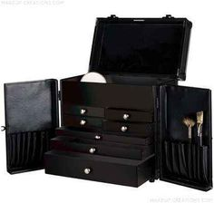 This is the very BEST CASE a Professional Make-up Artist can own! Top Make-up Artists work right from the easy and accessible pull-out Faux Leather lined drawers. Fit all your Make-up, Brushes and Tools perfectly in the Professionals Series Makeup-case.