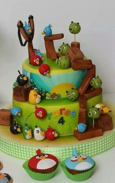 viorica's cakes: Angry Birds -- I'm not an Angry Birds fan, but this was too cool not to pin. Gâteau Angry Birds, Torta Angry Birds, Angry Birds Birthday Cake, Angry Birds Cupcakes, Bird Birthday Parties, Birthday Cakes, Bird Cakes, Cupcake Cakes, Bird Party