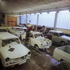 Berlin 15.10.1975 In einer Autolackiererei in Berlin erhalten die Karossen von Trabant, Wartburg und Lada den gewünschten Anstrich. Foto: Klaus Morgenstern | V-like-Vintage