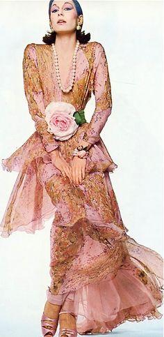TOP Exklusive Ens Porzellan Figur,Skulptur Dame,Frau mit Papagei und Rose 26 H 70s Fashion, Fashion History, Couture Fashion, Vintage Fashion, Fashion Models, Fashion Magazines, Runway Fashion, Vintage Style, Vintage Ladies