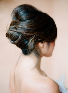 Chic updo for brides who like it simple, yet gorgeous.