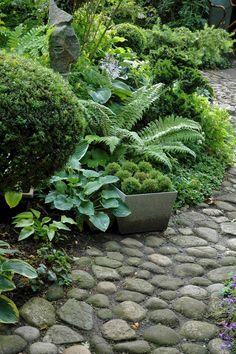Outstanding 50+ Affordable Garden Path Design For Your Amazing Garden https://freshouz.com/50-affordable-garden-path-design-for-your-amazing-garden/