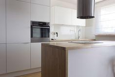 Minimalistyczna kuchnia z dębowym blatem. modern kitchen, white furniture, oak wood