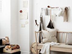 BJÖRKSNÄS soffa med dyna. Att samla favoriter på KUBBIS hängare är både praktiskt och ett vackert blickfång i köket. Häng upp saker som används varje dag, som t ex SOCKERÄRT kanna. Ikea Interior, Living Room Interior, Home Living Room, Interior Styling, Living Spaces, Interior Design, Ikea Boxes, Ikea Inspiration, Bedroom Inspiration