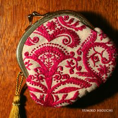 Wonderful embroidery with smooth from Yumiko Higuchi ~ DIY Tutorial Ideas! Hand Embroidery Designs, Ribbon Embroidery, Embroidery Art, Embroidery Stitches, Embroidery Patterns, Frame Purse, Embroidered Bag, Japanese Embroidery, Handmade Bags
