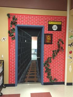 Ideas For Classroom Door Decorations Harry Potter Hogwarts École Harry Potter, Harry Potter Fiesta, Classe Harry Potter, Harry Potter Display, Christmas Door Decorations, School Decorations, Dorm Door Decorations, Train Decorations, Christmas Door Decorating Contest