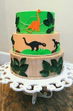 SOMENTE LOCAÇÃO    Lindo para a sua decoração.  Feito em eva bem firme. Dinosaur Cake, Dinosaur Birthday, 5th Birthday, Dinosaurs, Israel, Leo, Cakes, Party, The Good Dinosaur