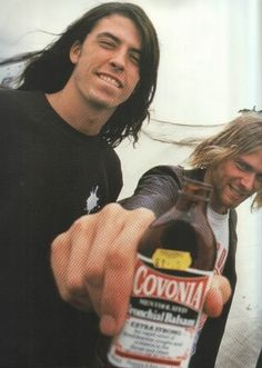Dave Grohl, Kurt Cobain, and Covonia (a British cough medicine). Foo Fighters Nirvana, Foo Fighters Dave Grohl, Music Love, Music Is Life, Good Music, Eddie Vedder, David Gilmour, Punk, Banda Nirvana